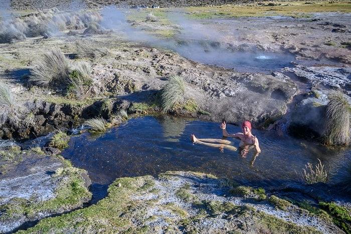 moški se kopa v termalni vodi