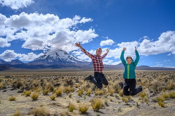 par skače pred goro Sajama