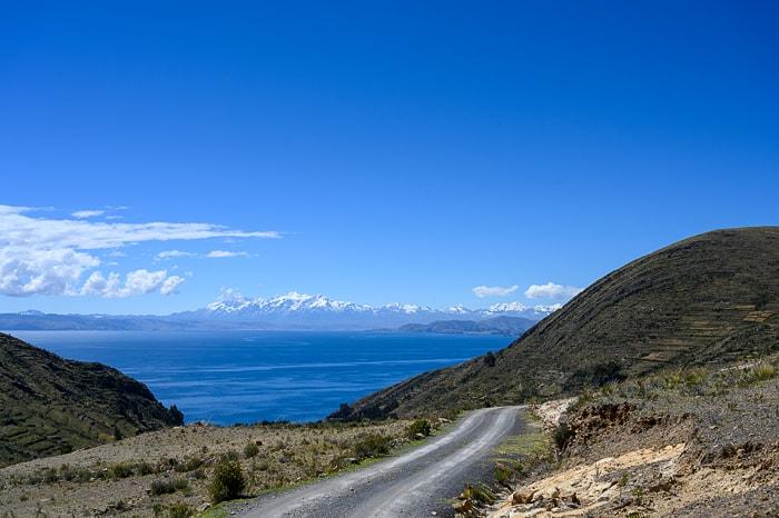 jezero titicaca s cordiliero real v ozadju
