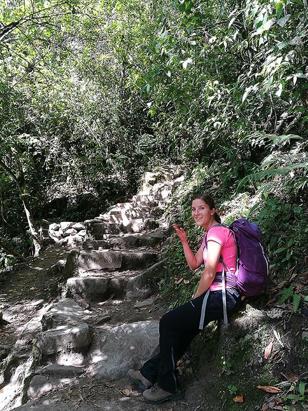 ženska na stopnicah, poti do Machu Picchu v lastni režiji