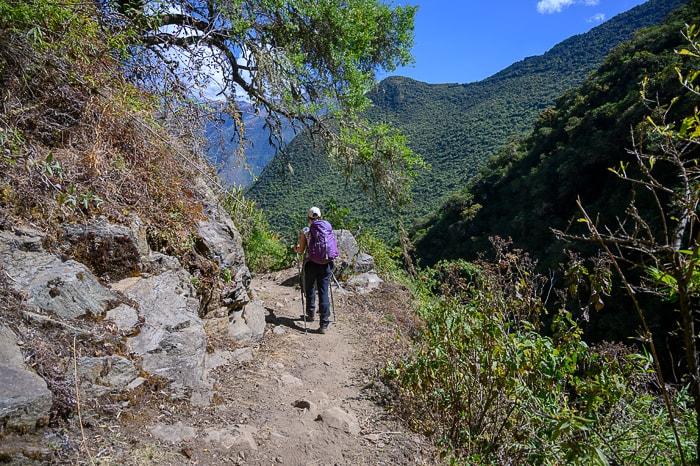 ženska na poti na Choquequirao