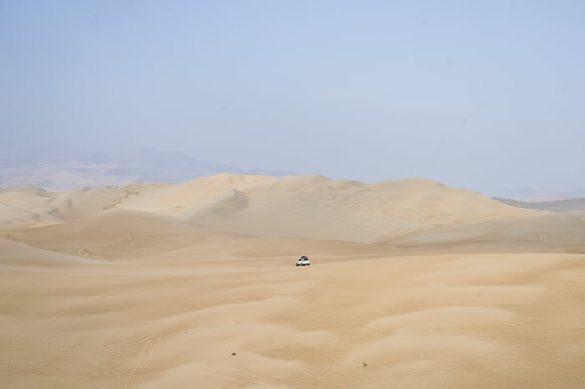 terenski avto na sipini