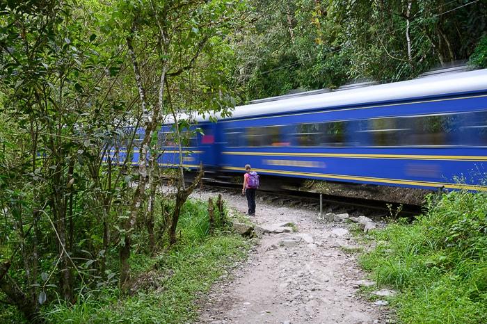 ženska pred hitrim vlakom, Peru, Machu Picchu
