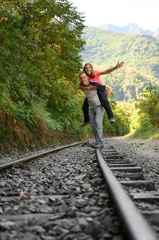 moški in ženska na železniških tirih