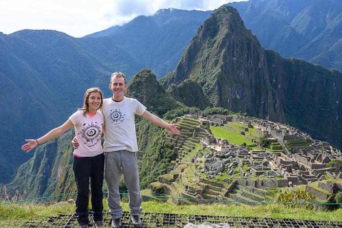 moški in ženska pred Machu Picchu