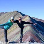 ženska in moški pred rainbow mountain