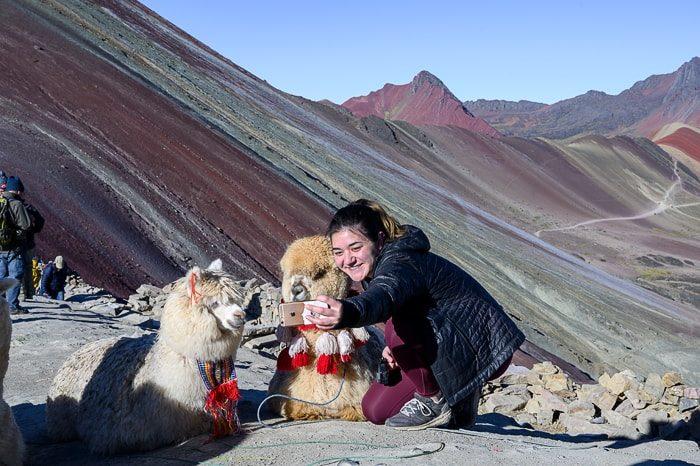 turistka dela selfie z alpako