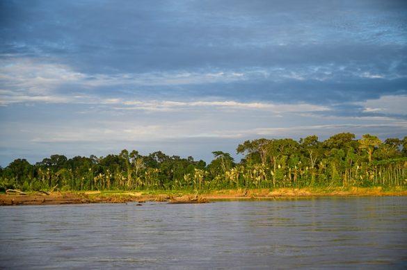 sončni vzhod na brežinah reke Tambopata, Puerto Maldonado