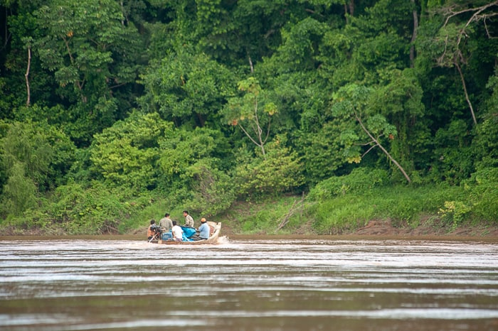moški na čolnu na reki Tambopata