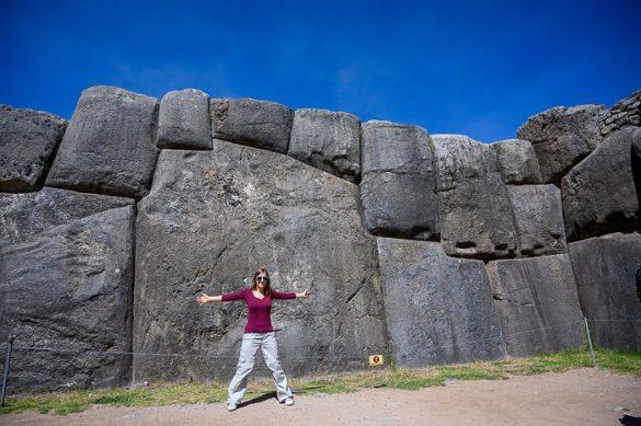 ženska stoji pred največjim kamnom v sacsaywaman