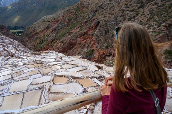 ženska gleda soline maras v sacred valley