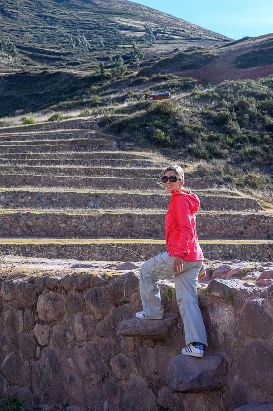 ženska na inkovskih stopnicah, moray, sacred valley