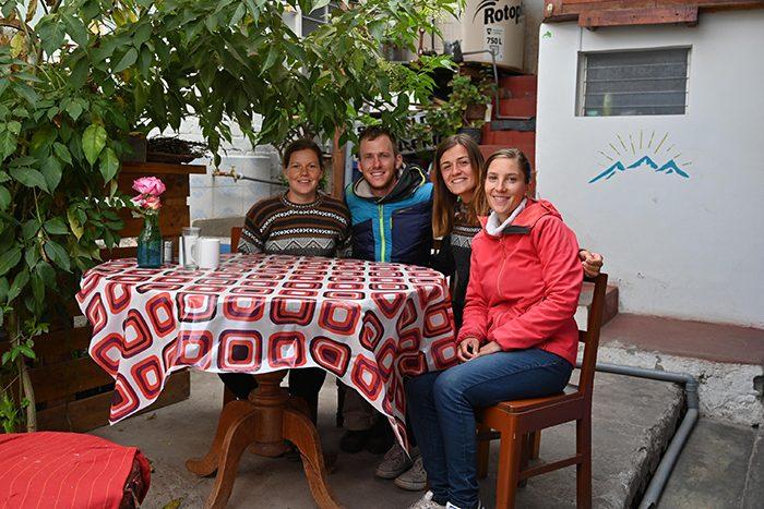 skupina mladih za mizo, nasveti za Peru - nastanitve