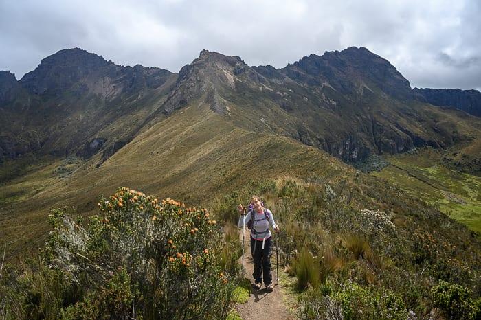 ženska pred vulkanom Rumiñahui