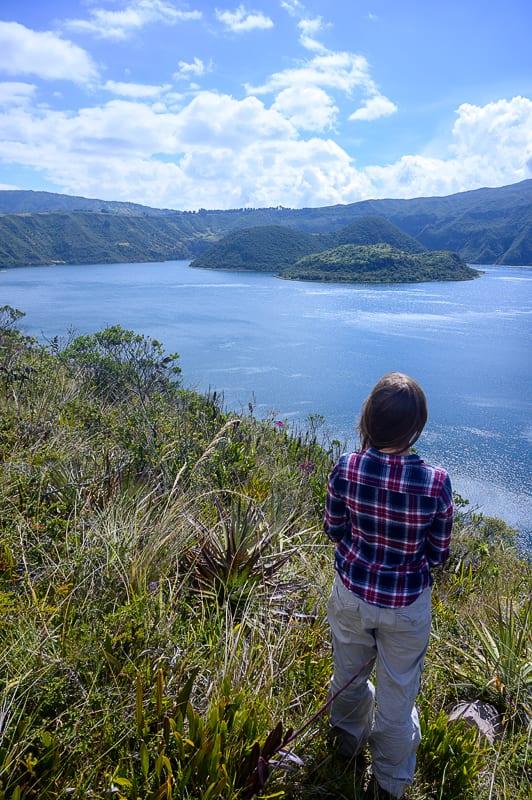 ženska pred jezerom