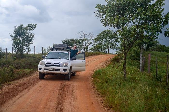 toyota 4runner na rdeči makadamski cesti