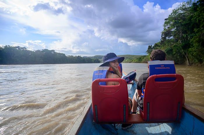 skupina turistov na čolnu na izletu v CañoCristales