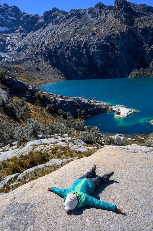 ženska leži na skali nad laguno churup