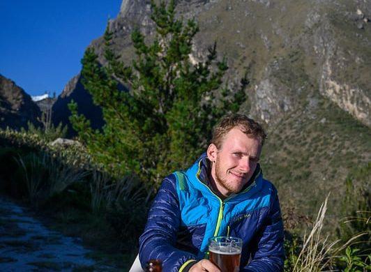 moški s pivom