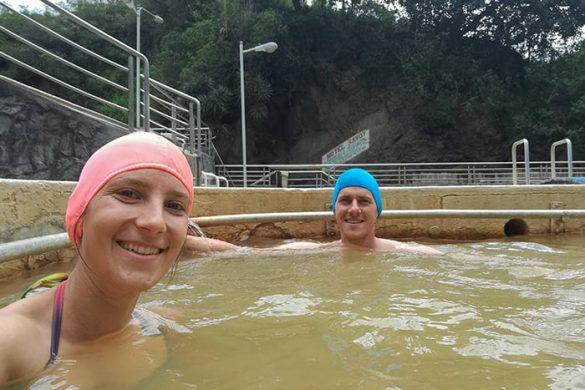 moški in ženska v bazenu