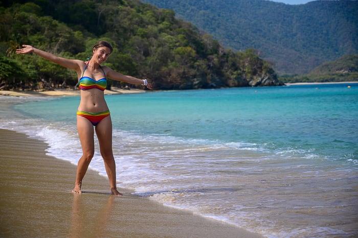 ženska na playa cristal v tayrona parku