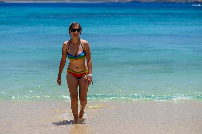 ženska na kraibski plaži
