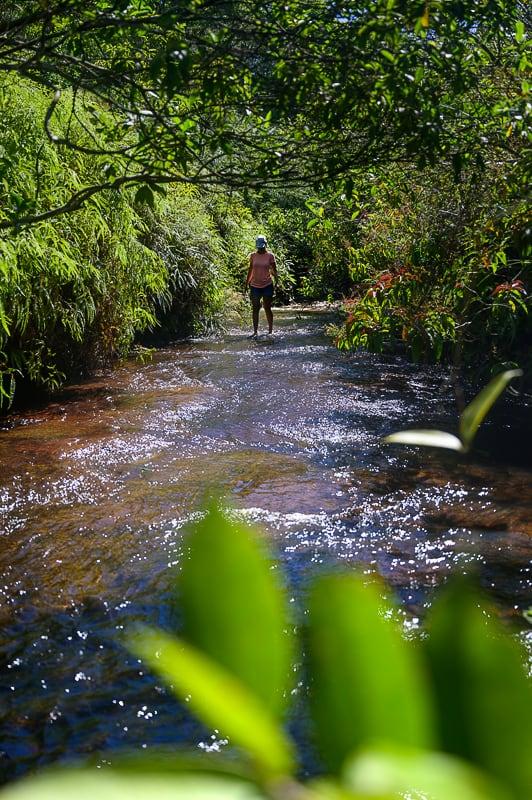 ženska hodi po rečni strugi, las gachas