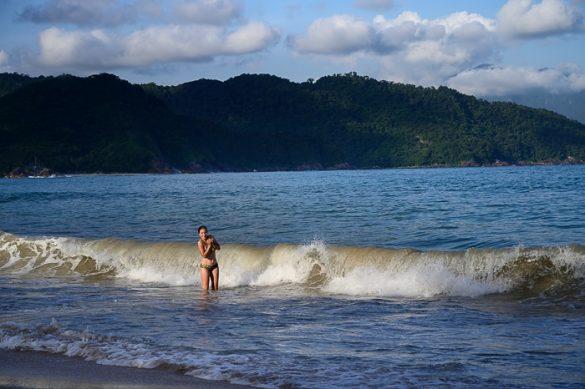 Ženska stoji v morju, Ubatuba