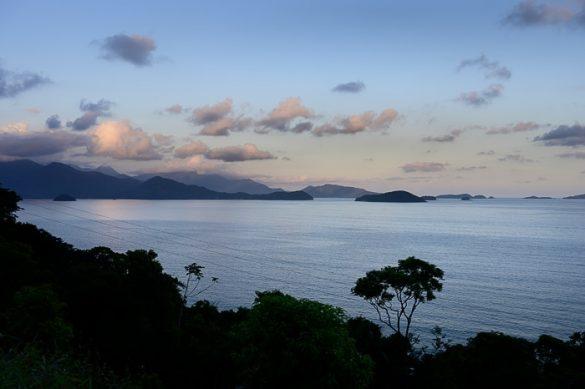 večerno morje Paraty, Brazilija