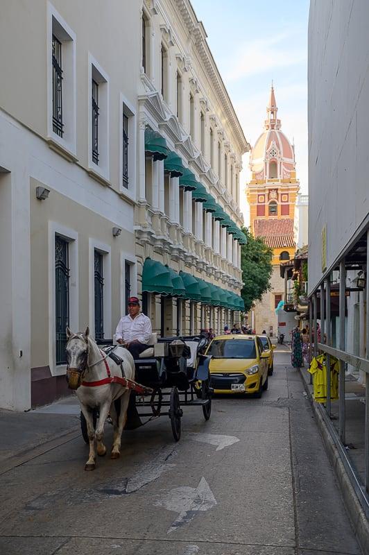 ozka ulica s kočijo