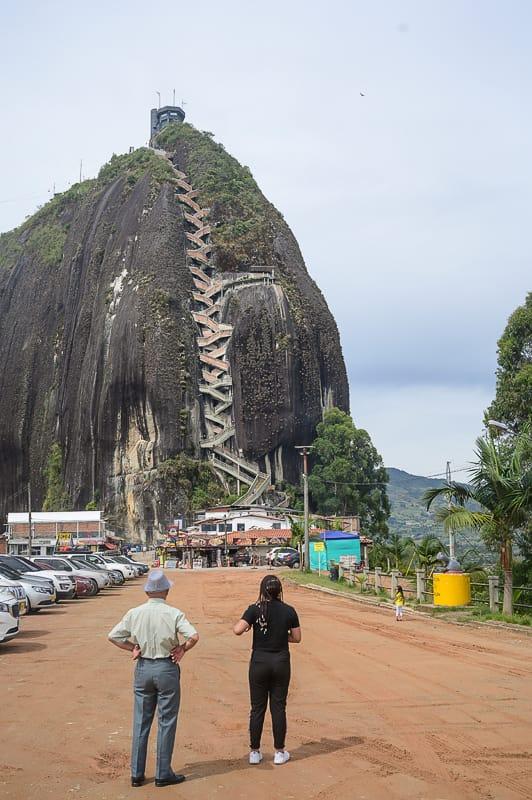 gora piedra penol z ozkimi stopnicami, ki vodijo na vrh