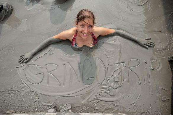 ženska v blatni kopeli z napisom Gringo Trip