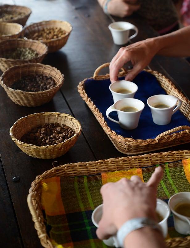 kolumbijska kava na pladnju