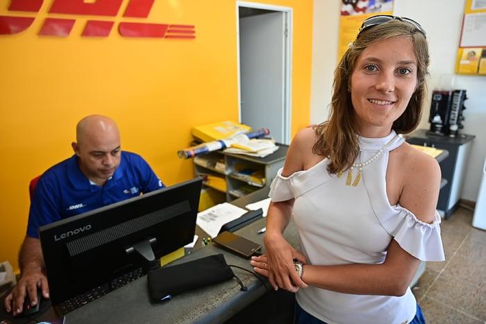 ženska v pisarni DHL
