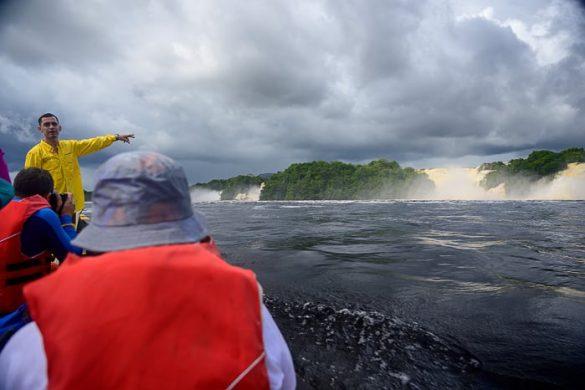 vodič kaže slap Sapo v laguni Canaima