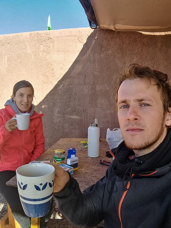 moški in ženska s skodelico čaja v roki