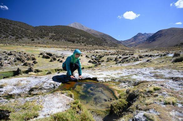 ženska se greje ob termalnem vrelcu, nacionalni park sajama
