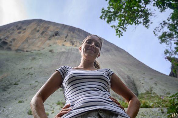 ženska stoji pred gladko granitno goto