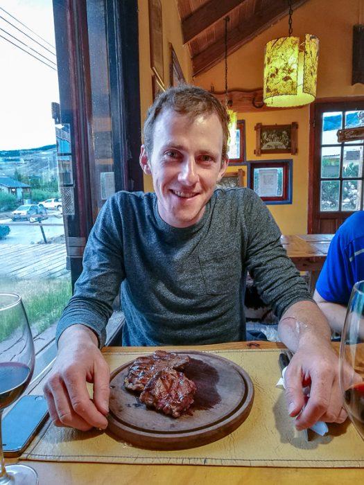 moški s steakom pred seboj