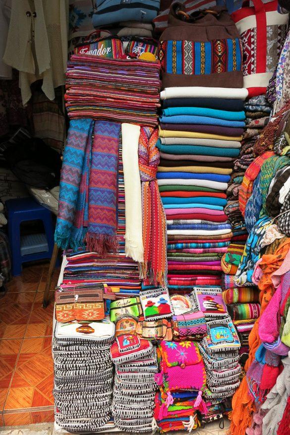 Pisane barve tekstila na tržnici v Quitu