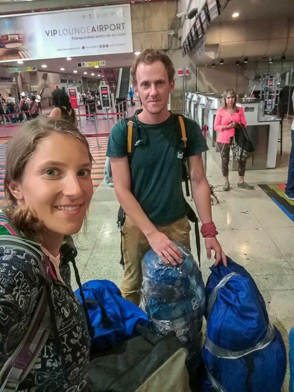 moški in ženska s kovčki na letališču