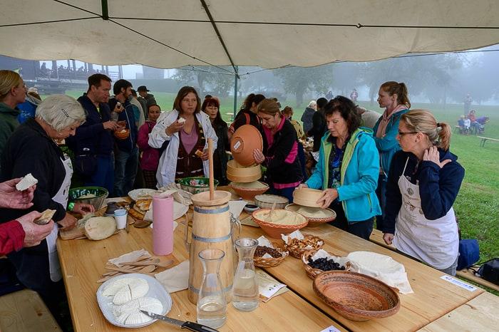 skupina ljudi, ki pripravlja hrano na festivalu tisočletje kulinarike