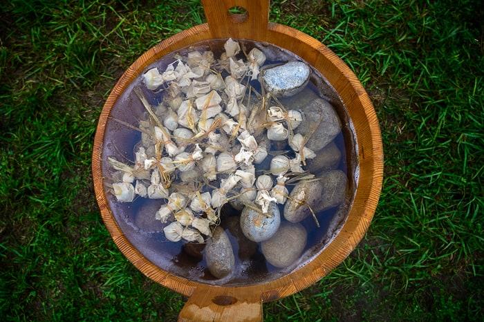 čeber z vročimi kamni