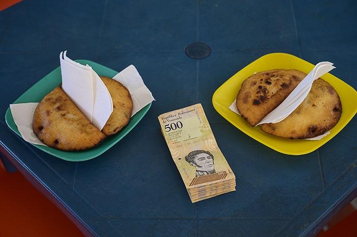 empanade in zavoj bankovcev v Venezueli