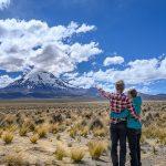 moški in ženska pred goro Sajama, Bolivija