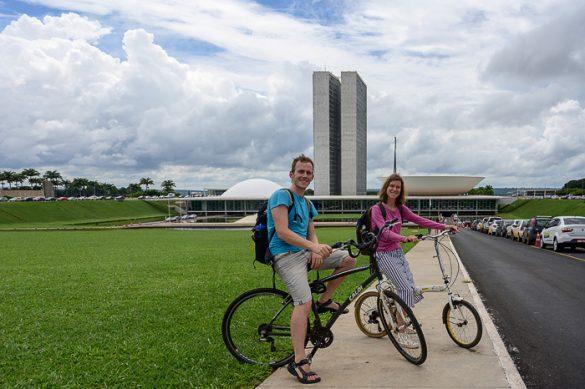 moški in ženska na kolesih pred nacionalnim kongresom v brasilii