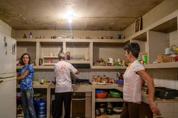 družina v kuhinji