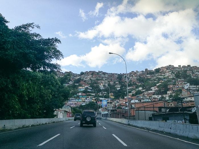 pogled na cesto in favelo v Caracasu