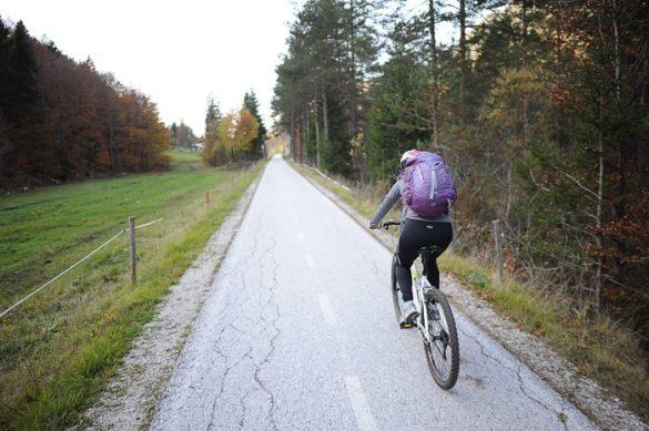 ženska na kolesu. kolesarska pot kranjska gora