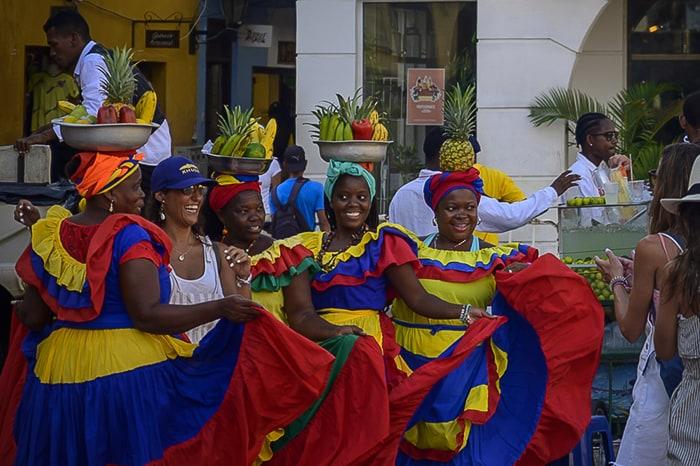 ženske v oblekah v kolumbijskih barvah
